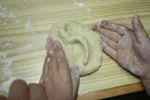 haciendo bollo de pan